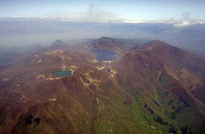 赤城山のカルデラ湖、大沼(中央) 「カルデラ‐こ【カルデラ湖】」の意味... カルデラこ【カルデ