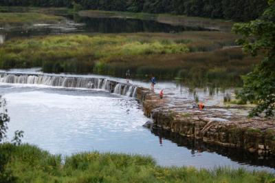 ベンタ川の滝/撮影・zilupe http://... クルディーガの意味 - goo国語辞書
